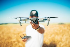Lancement d'un drone dans un mariage.